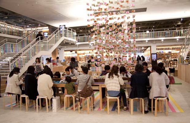 イベント会場では来場者が色とりどりのmtを使って熱心に手作り体験