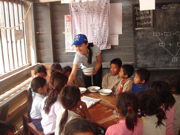 ラオスで学校給食を届ける田島さん