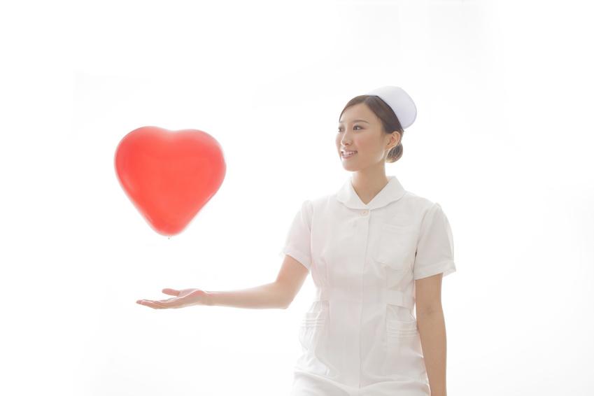 ハートの風船と看護士
