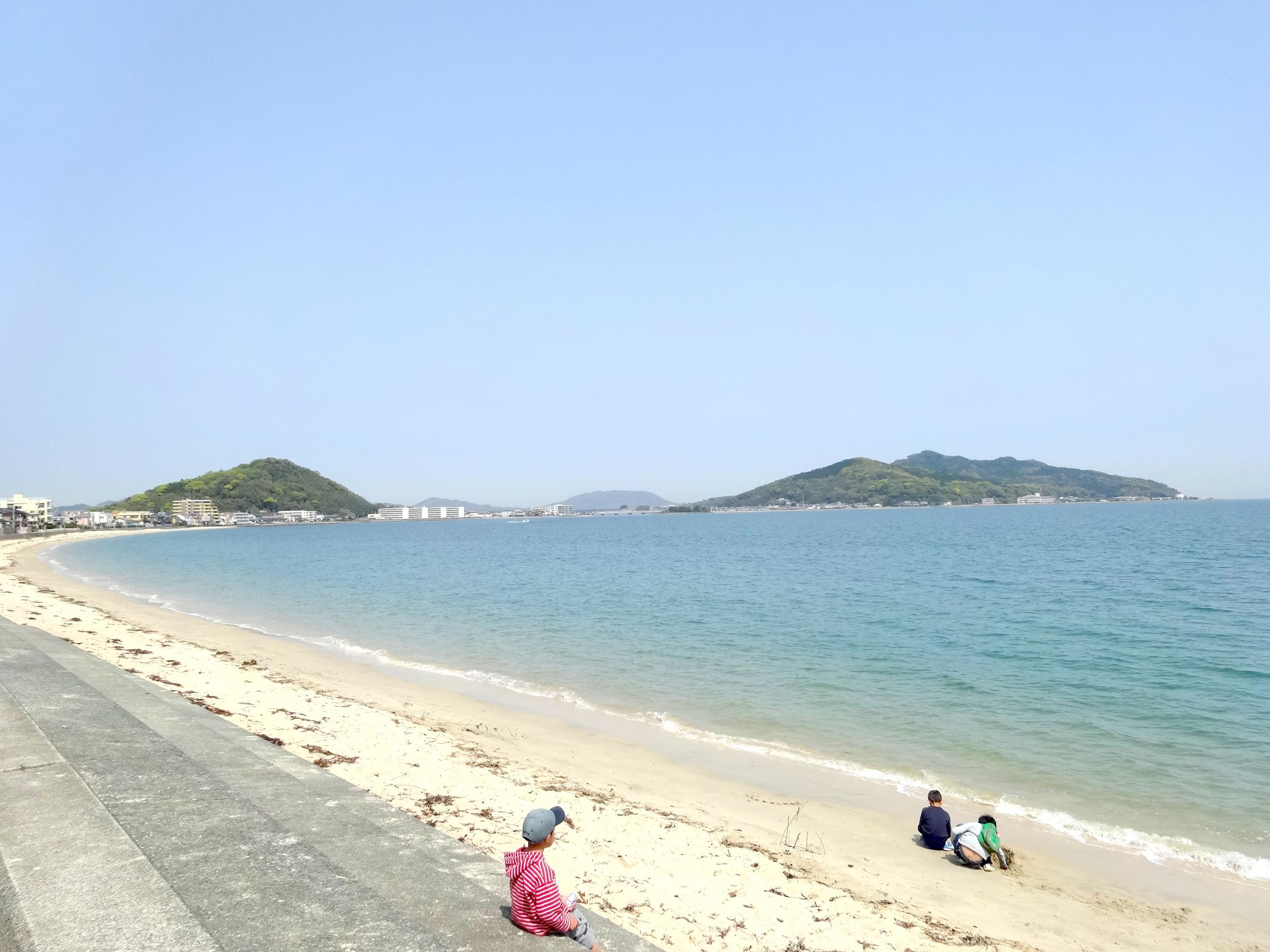 移住先のオフィス前に広がる青い海