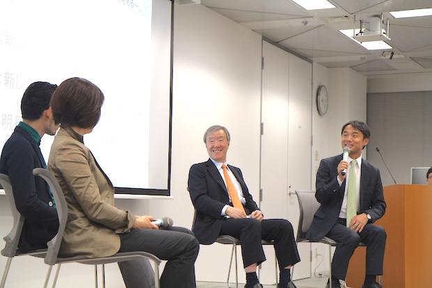 左端から中田華寿子、佐々木紀彦氏(ニューズピックス編集長)、出口治明、岩瀬大輔