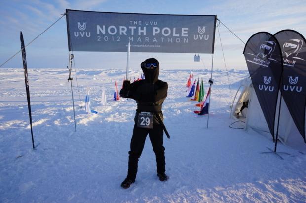 北極点マラソン完走記念の一枚。刀は差したまま走りました。