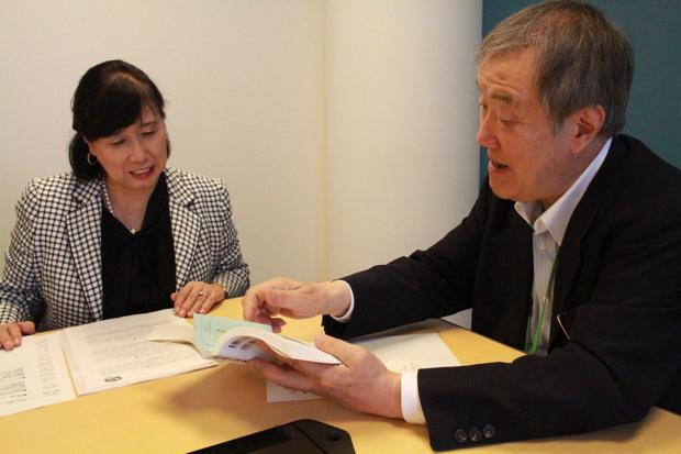 写真左:熊平美香さん(公益財団法人AFS日本協会 理事長)、右:出口治明(ライフネット生命会長兼CEO) 出口の著書「日本の未来を考えよう」にあるデータを紐解きながら対談は続きます