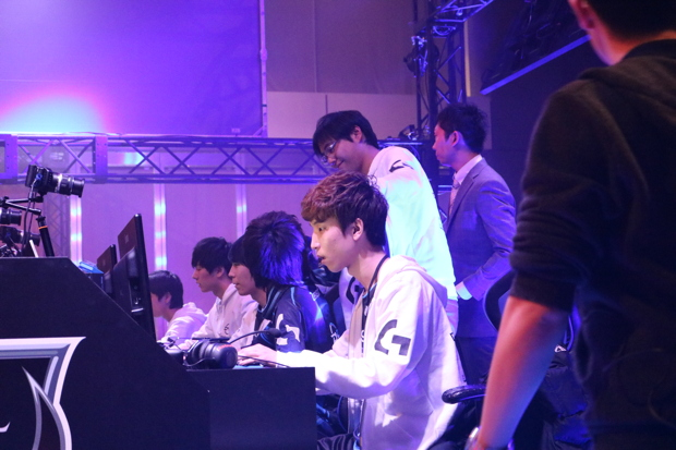 「League of Legends」のオフライン大会で、所属選手たちのプレーを見守る梅崎伸幸さん(DetonatioN FocusMe代表)