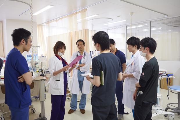集中治療室にて。ここでも臨機応変に他の科の医師が入ってチームが編成される