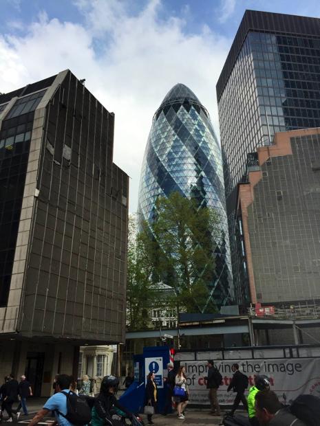 """写真は、ロンドンの金融街・シティにある、スイス再保険のビル「30 St. Mary Axe」です。ビルの通称は""""Gherkin""""、ピクルスにする小さいキュウリです。 このあたりの高層ビルには、どのビルにもその形に由来する愛称があるようです。"""