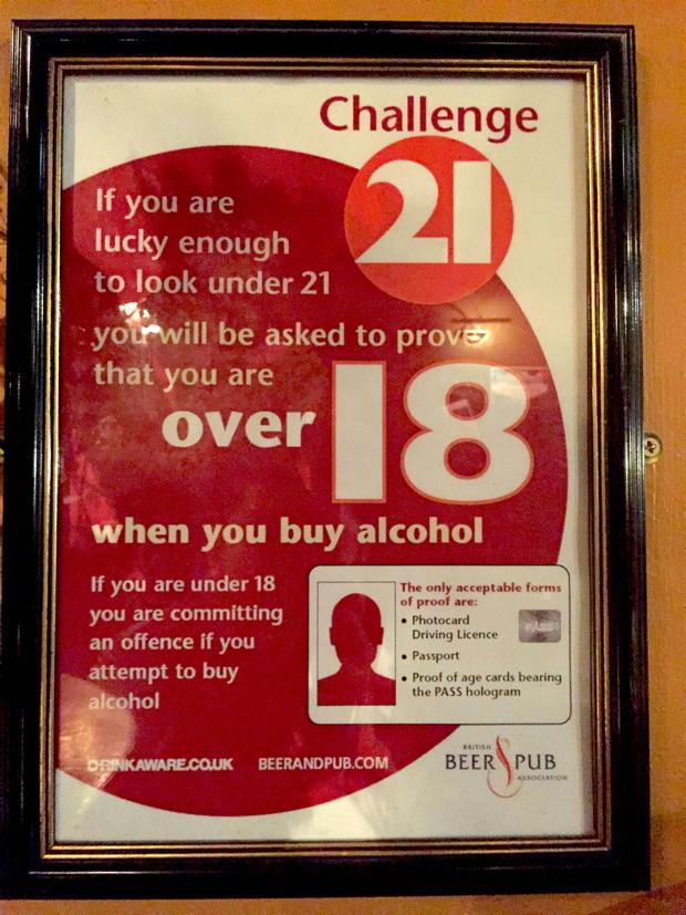 パブで頻繁に見かけるポスター。そこには、「幸運にもあなたが21歳より若く見えたら、18歳以上であること証明してもらうために身分証明書を見せてもらいますよ」とあります。 イギリスでは18歳から全面的に飲酒可能なんですが、「未成年の飲酒は禁止されています」よりは何倍もユーモアが効いていると思いませんか?