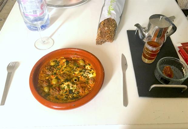 牛肉団子と卵のタジン鍋。辛くはありませんが、スパイシーで美味しかったです。甘〜いアラブのお茶も入れてくれました。