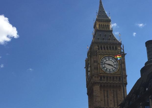 """ビッグベンとレインボーフラッグ。 親友と会った翌週末、奇しくも Pride in Londonが開かれていました。LGBT文化をたたえるパレードなどを「プライドパレード」と呼ぶことがあるそうです。 各国大使館や主要なビルなど、そこかしこに掲げられる虹色の旗(LGBTの社会運動を象徴する旗)がまぶしく、よく晴れて高い空にはためいていました。権利を声高に主張し、当事者側から、逆に""""It's your business! (あなたにも関係があるんだよ!)""""と迫ってくるようでもあります。"""