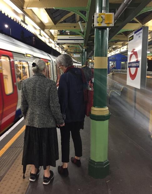 手をつなぐカップル。 ロンドンでは手をつないで歩く同性カップルを多く見ました。イギリスでは、2005年から同性カップルに結婚と同等の権利を認める法律が施行され、2014年に同性結婚ができるようになったそうです。