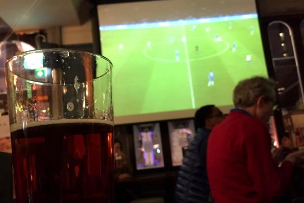 パブでスポーツを観ながら飲むビール。スポーツの興奮とアルコールで、赤の他人に気軽に話せるようになる、という効果もありました