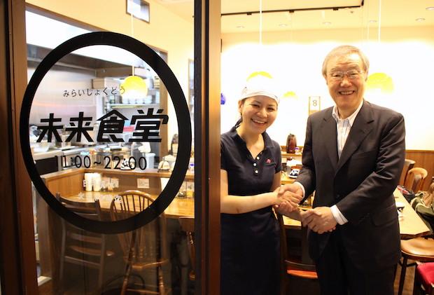 写真左:小林せかいさん(未来食堂)、右:出口治明(ライフネット生命保険 会長)