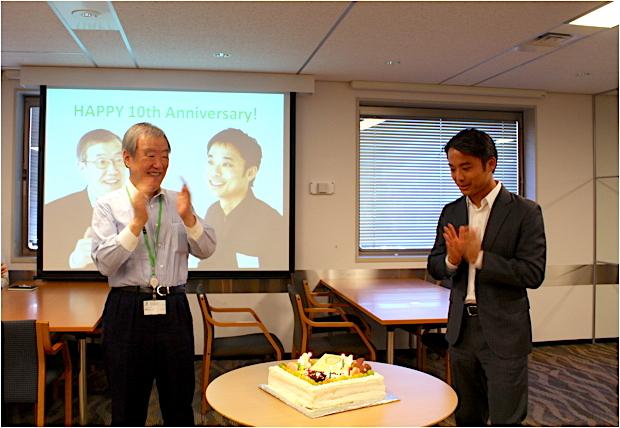 写真は、社員一同が集合する朝礼でのひとコマです。サプライズで創業10周年記念のケーキを用意してもらいました。