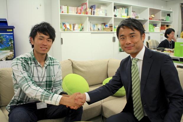 写真左:岡部祐介(ライフネット生命保険 アスリート社員)、右:岩瀬大輔(ライフネット生命保険 社長)